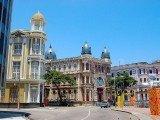 Recife significa conhecer os marcos históricos e aproveitar o sol nas praias urbanas