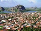 Lago dos Monólitos com vista da Pedra do Cruzeiro