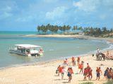A praia de Maracajaú tem águas transparentes e recife de corais