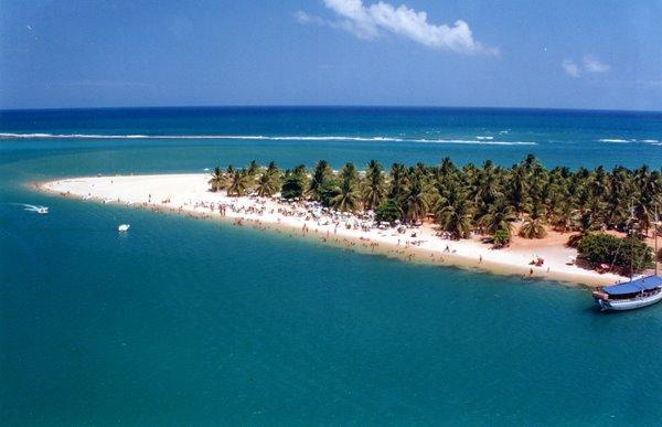 Barra de São Miguel é o balneário mais agitado de Alagoas