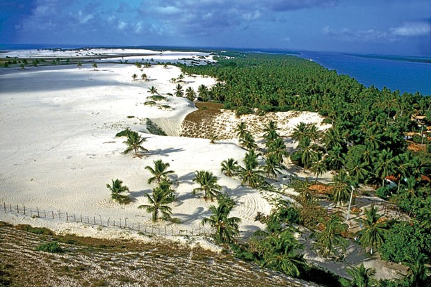 Mangue Seco tem dunas, comidas típicas e passeio de buggy