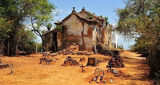 Pequeno cemiterio ainda existe nas ruinas da Igreja Nossa Senhora do Guadalupe na Ilha dos Frades