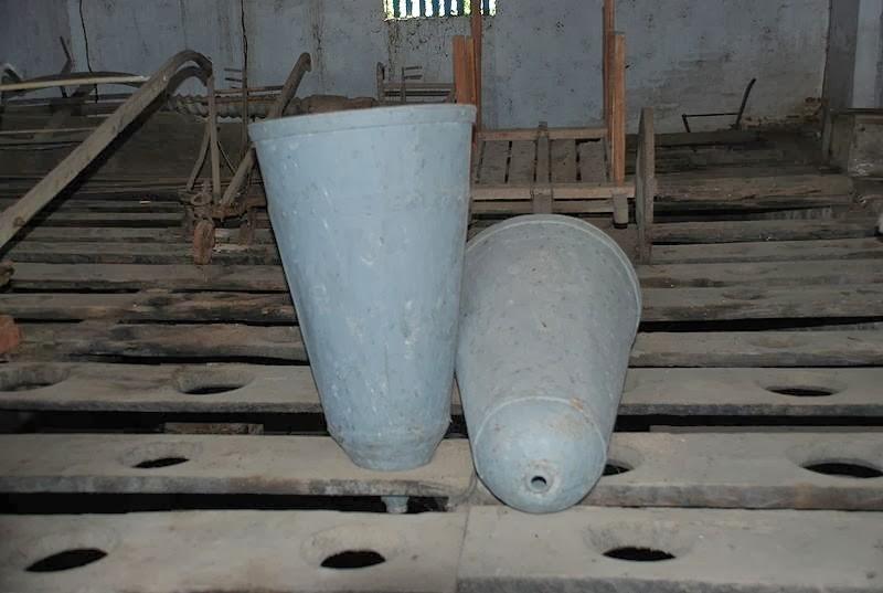 Fôrmas usadas para purgar o açúcar. Eram chamadas de pão-de-açúcar, sino-de-mel, etc. Nota-se aqui o formato cônico e o orifício na ponta. Também pode-se ver os andaimes e os buracos onde as formas ficavam encaixadas.