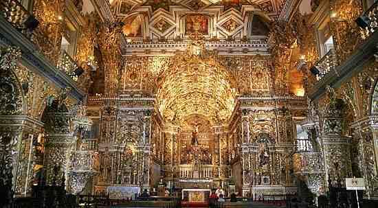 A Igreja de São Francisco tem o interior coberto de ouro