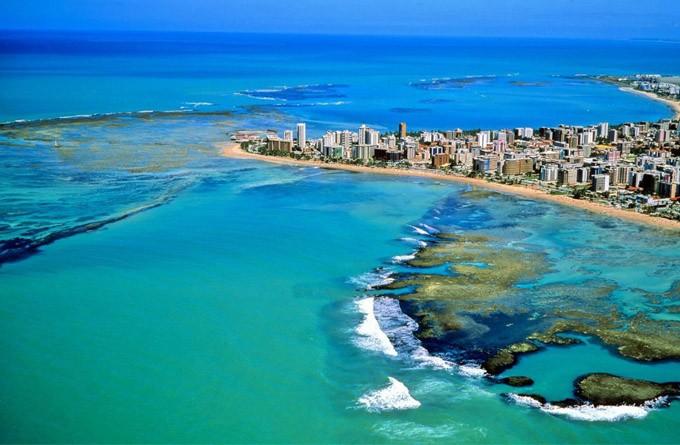 As praias de Maceió são famosas pelas águas calmas e límpidas