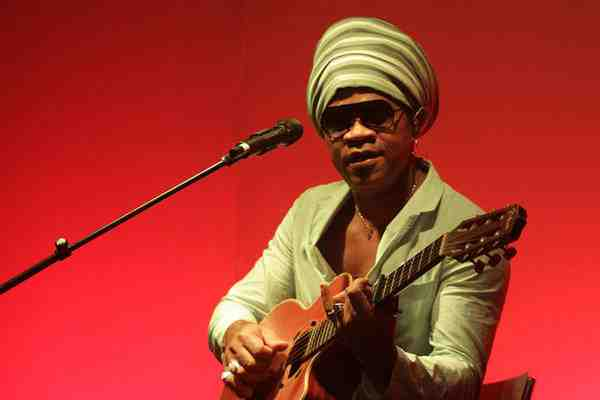 Biografia do cantor e compositor Carlinhos Brown