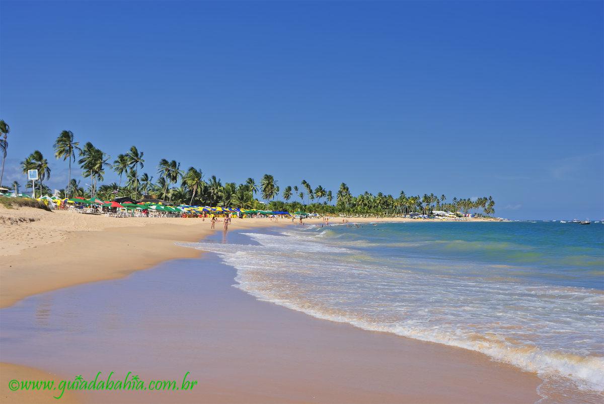 Praia de Guarajuba é um destino encantador na Bahia